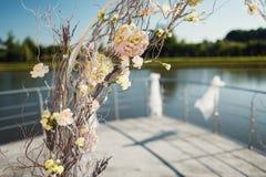 Gifta sig bågen med stolar och många blommor och dekor Royaltyfri Fotografi