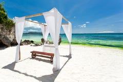 Gifta sig bågen på stranden Royaltyfria Foton