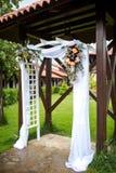 Gifta sig bågen som dekoreras med blommor Fotografering för Bildbyråer