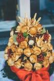 Gifta sig bageripajen som inges med bär och sidor arkivbild