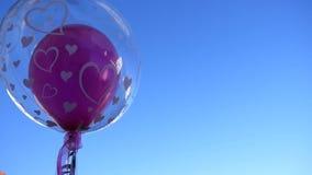 Gifta sig ballongen som fladdrar i vinden arkivfilmer