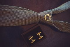 Gifta sig bandet, guld- vigselringar och cufflinks, mörk hemtrevlig färg Royaltyfri Fotografi