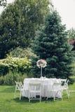 Gifta sig banketten i den öppna luften som gifta sig dekoren på tabellerna Fotografering för Bildbyråer