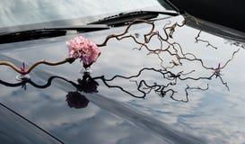 Gifta sig blom- garnering på huven av en bil Royaltyfri Bild