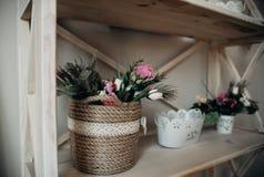 Gifta sig blomma- och tr?handen - gjorda garneringar arkivbilder