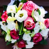 Gifta sig blommabuketten med att gifta sig guld- cirklar Arkivfoton