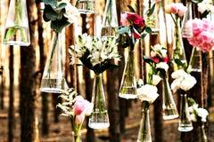 Gifta sig blommagarneringbågen i skogen blommar idén av ett bröllop garnering arkivfoton