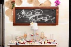 Gifta sig blommakorgen, cirkelskalet och precis den gifta svart tavlan, Royaltyfri Foto