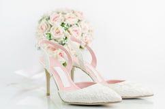 Gifta sig brud- skor med rosa rosor Royaltyfria Bilder