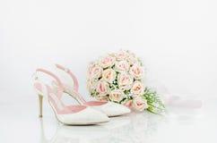 Gifta sig brud- skor med rosa rosor Royaltyfri Bild
