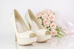 Gifta sig brud- skor med rosa rosor Arkivfoto