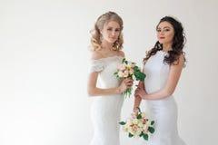 Gifta sig brud två med bukettbröllop Arkivbilder