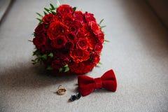 Gifta sig brudgumtillbehör, detaljer av kläder, fluga, manschettknappar, guld- cirklar Royaltyfria Bilder