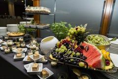 Gifta sig buffé med kulinarisk buffémat för kokkonst arkivbild