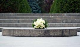 Gifta sig buketten av rosor på granit royaltyfria foton