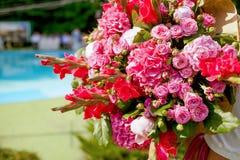 Gifta sig dekorera buketten av rosor och peons, closeup royaltyfri foto