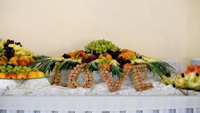 Gifta sig dekorerad godisbuffé med korkordet FÖRÄLSKELSE stock video