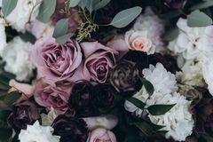 Gifta sig den asymmetriska stilfulla buketten med purpurfärgade rosor royaltyfri foto