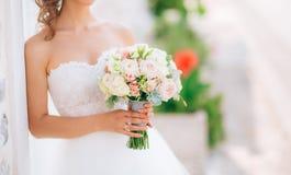 Gifta sig den brud- buketten av Lisianthus och Cineraria försilvra i Fotografering för Bildbyråer