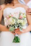 Gifta sig den brud- buketten av Lisianthus och Cineraria försilvra i Arkivfoton