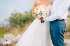 Gifta sig den brud- buketten av Lisianthus och Cineraria försilvra i Arkivfoto