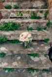 Gifta sig den brud- buketten av Lisianthus och Cineraria försilvra på ett s Fotografering för Bildbyråer