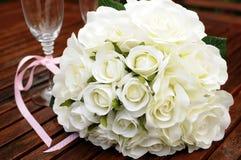 Gifta sig den brud- buketten av vita rosor  Arkivfoton