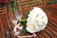 Gifta sig den brud- buketten av vita rosor   Arkivbilder
