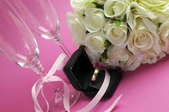 Gifta sig den brud- buketten av vita rosor på rosa bakgrund  Royaltyfri Fotografi