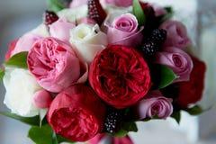 Gifta sig den brud- buketten i rött, rosa, vit Gifta sig blommor och att gifta sig objekt och tillbehör Royaltyfri Fotografi