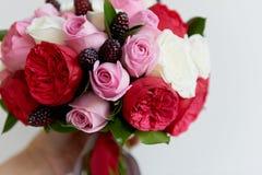 Gifta sig den brud- buketten i rött, rosa, vit Gifta sig blommor och att gifta sig objekt och tillbehör Fotografering för Bildbyråer