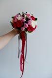 Gifta sig den brud- buketten i rött, rosa, vit Gifta sig blommor och att gifta sig objekt och tillbehör Arkivbild