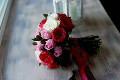 Gifta sig den brud- buketten i rött, rosa, vit Gifta sig blommor och att gifta sig objekt och tillbehör Royaltyfri Foto
