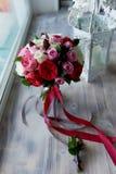 Gifta sig den brud- buketten i rött, rosa, vit Gifta sig blommor och att gifta sig objekt och tillbehör Royaltyfri Bild
