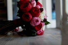Gifta sig den brud- buketten i rött, rosa, vit Gifta sig blommor och att gifta sig objekt och tillbehör Royaltyfria Foton