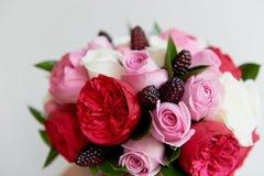 Gifta sig den brud- buketten i rött, rosa, vit Gifta sig blommor och att gifta sig objekt och tillbehör Arkivfoton