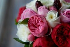 Gifta sig den brud- buketten i rött, rosa, vit Gifta sig blommor och att gifta sig objekt och tillbehör Arkivfoto
