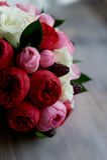 Gifta sig den brud- buketten i rött, rosa, vit Gifta sig blommor och att gifta sig objekt och tillbehör Royaltyfria Bilder