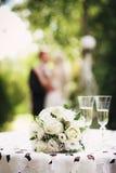 Gifta sig den brud- buketten med vita rosor Royaltyfria Bilder