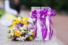 Gifta sig den brud- buketten och exponeringsglas av champagne Royaltyfria Foton