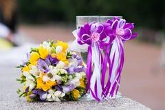 Gifta sig den brud- buketten och exponeringsglas av champagne Fotografering för Bildbyråer
