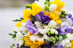 Gifta sig den brud- buketten och vigselringar Arkivfoto