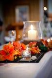 Gifta sig den brud- tabellen med blommor och kandelaber Arkivbild