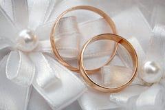 Gifta sig den guld- cirkeln, garneringar för att gifta sig beröm Royaltyfri Foto