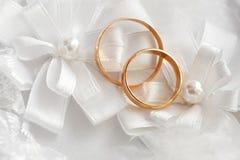 Gifta sig den guld- cirkeln, garneringar för att gifta sig beröm Arkivfoton