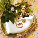 Gifta sig den guld- cirkeln som är förberedd för bröllopceremonin Royaltyfri Foto
