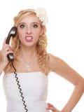 Gifta sig den ilskna kvinnabruden som talar på telefonen Arkivfoton