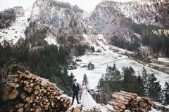 Gifta sig den parinnehavhänder, brudgummen och bruden tillsammans på bröllopdag arkivbild