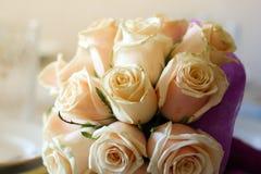 Gifta sig den rosa bukettbruden Fotografering för Bildbyråer