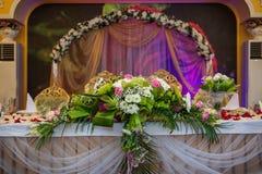Gifta sig den tabellbrudgummen och bruden Royaltyfri Foto